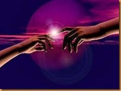 Lumière entre les doigts de 2 personnes